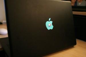 apple-macbook-mit-lcd-monitor-im-apfel