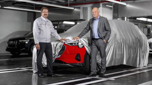 Peter Kössler, Vorstand Produktion und Logistik der AUDI AG sowie Verwaltungsratsvorsitzender von Audi Brussels (rechts), nimmt die ersten Audi e-tron aus der Großserienfertigung in Augenschein. Begleitet wird er von Patrick Danau, Sprecher der Geschäftsführung von Audi Brussels.